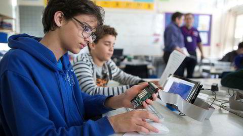 Jam. Med en pris på få hundrelapper innbyr Raspberry Pi til eksperimentering, og entusiaster samles til uformelle kodetreff, såkalte Raspberry Jams, verden rundt. Her programmerer George Wood (14) (til venstre) og James Burman (12) en blinkende lyssekvens på en Raspberry Jam i Cambridge