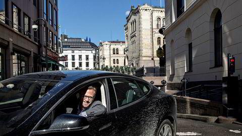 Kommunalminister Nikolai Astrup (H) fra tiden han kjørte sin Tesla fra Stortinget for å hente i barnehagen for noen år siden. Han er en av mange som nyter godt av det lave avgiftsnivået. Høyre vil vurdere å stramme inn elbilfordelene, mens Venstre vil forlenge dagens regime.