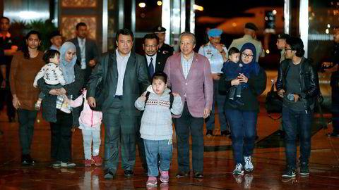 Malaysiere som har vært strandet i Nord-Korea siden drapet på Kim Jong-nam og den påfølgende feiden mellom Malaysia og Nord-Korea, ankom fredag flyplassen i Kuala Lumpur sammen med Malaysias utenriksminister Anifah Aman. Foto: Vincent Thian / AP / NTB scanpix