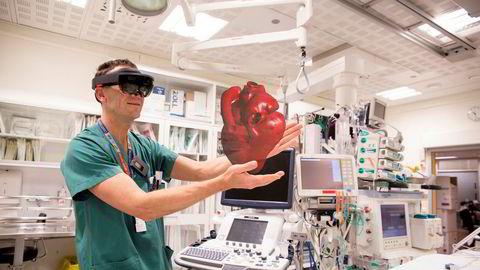 Illustrasjonen viser hvordan kirurgen ved hjelp av hologramteknologi opplever at han, bokstavelig talt, holder et hjerte i hånden.