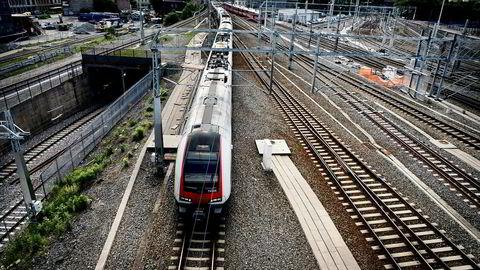 Bane Nor, som har ansvaret for jernbaneinfrastrukturen i Norge, klarer ikke å fylle ut et skjema til Foretaksregister på en riktig måte. Her et bilde av togpå vei inn til Oslo S.