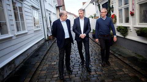 En høyere oljepris gir bedre stemning på Sørvestlandet, mener bedriftsmarkedssjef Tore Medhus, banksjef Arne Austreid og sjeføkonom Kyrre M. Knudsen i SR-bank. Bankens aksjer er også nær doblet i verdi siden oljebunnen i januar.