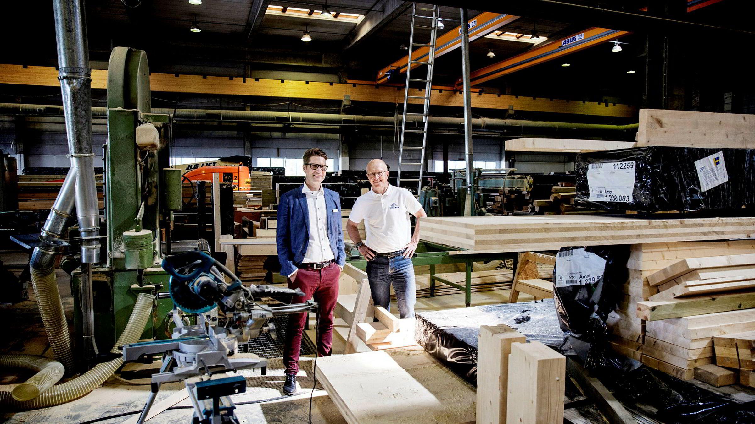 Styreleder Michael Sars Norum og daglig leder Morten L. Johansen i Splitkon i selskapets nåværende fabrikk.