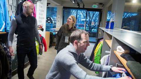 Ett av målene i den nye bærekraftstrategien til Bergans er å forlenge plaggenes levetid. I Bergans' egen butikk i Oslo sentrum er det nå mulig å jakte brukte og reparerte plagg. Her sjekker fra venstre Bergans-sjefLeif Holst-Liæker bærekraftsrådgiver Kia Luise Klavenes i Pure Consulting og bærekraftanvarlig i Bergans Christoph Centmayer utvalget.