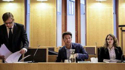 Advokat Ole Tokvam, Ryan Wiik og Veslemøy Aga før rettssaken mot WR Entertainment.