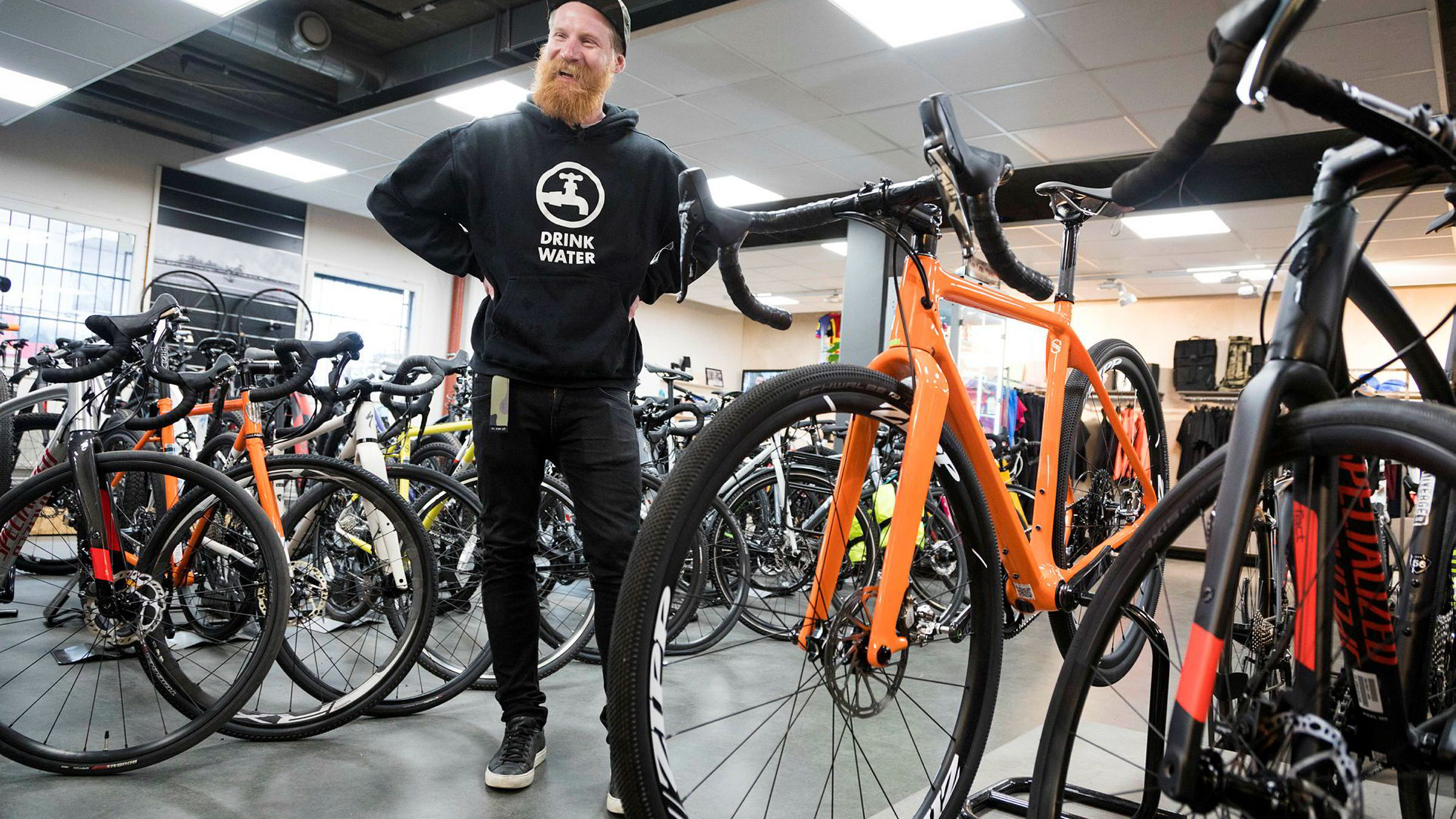 Daglig leder Jonas Strømberg hos Sørensen Sykler mener den oransje «tre i én»-sykkelen er løsningen for mange syklister. Man kan sette den opp som en ren landeveissykkel, en grusracer eller som en hardtail terrengsykkel med bukkestyre.