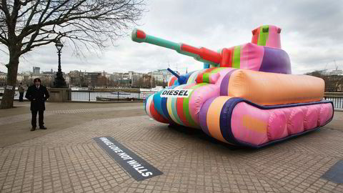Geriljamarkedsføring. Diesel plasserte ut sin oppblåsbare stridsvogn i Londons gater under moteuken i februar.
