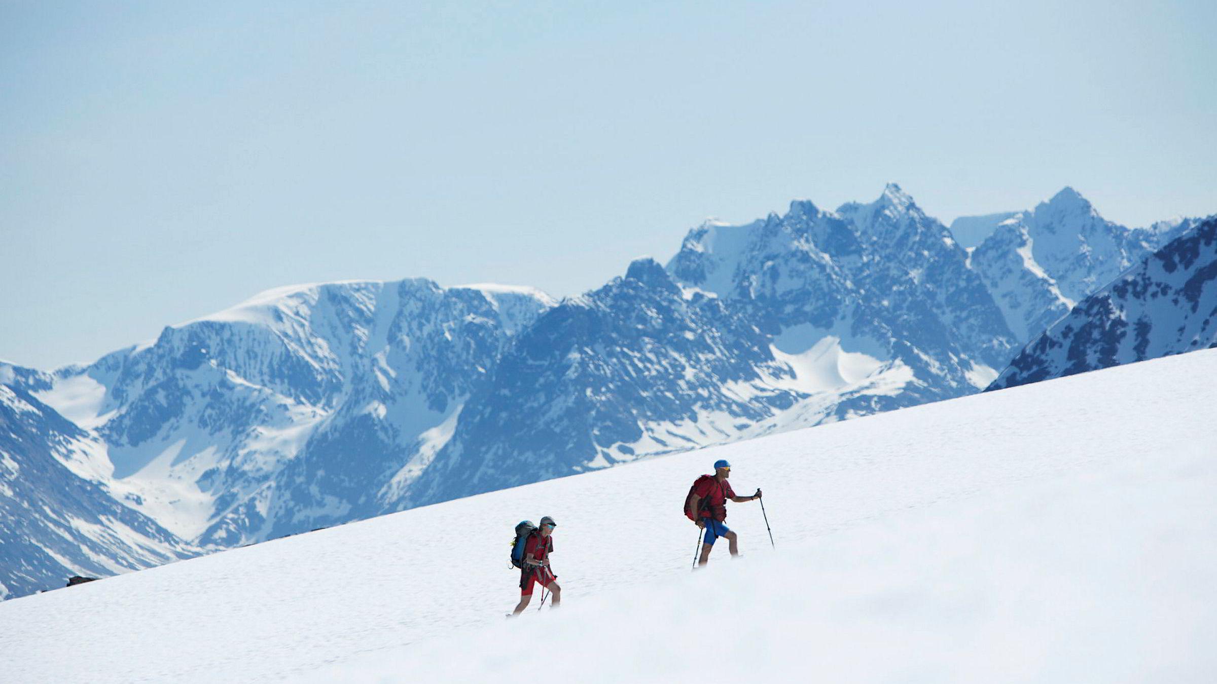 Med Lyngens høyeste topper som tilskuere, går Heidi Berg og Espen Nordahl mot toppen av Stormheimfjellet, uten fare for å bli tatt av snøskred.