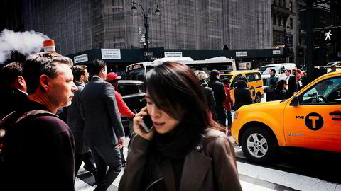 Det er avdekket spionprogramvare på populære telefoner som selges i USA. Det har ført til salgsstopp for noen modeller.
