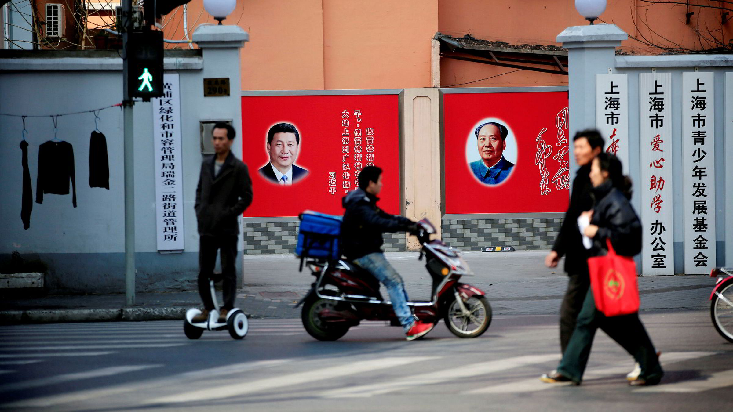 Kinas president Xi Jinping er i ferd med å bli den mektigste lederen landet har hatt siden Mao Zedong (plakaten til høyre). Årets nasjonalkongress i kommunistpartiet vil bli den viktigste på flere tiår.