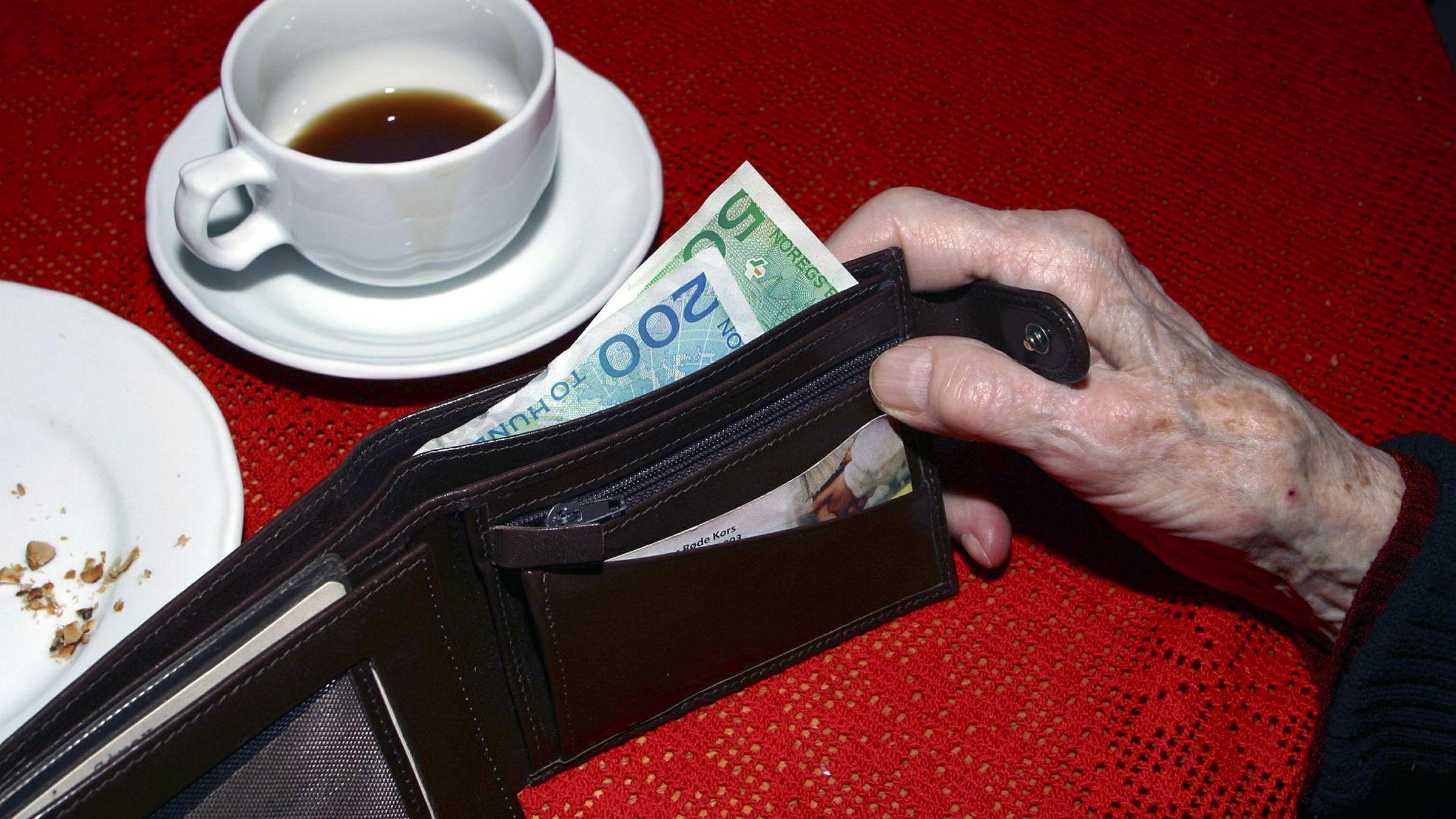 Mange eldre sliter med å betale regningene sine - og flere får inkassogjeld.