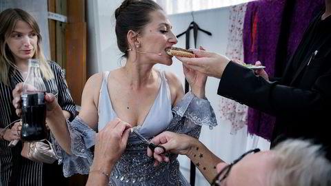 Høygir. Skuespiller Pia Tjelta gjorde sin første programlederjobb da hun ledet Amandapris-utdelingen i Haugesund nylig. Stylist Marte Dahlgren minner Tjelta, sminkør og Amanda-koordinator om at kjolen fra Temperley London ikke skal søles på.
