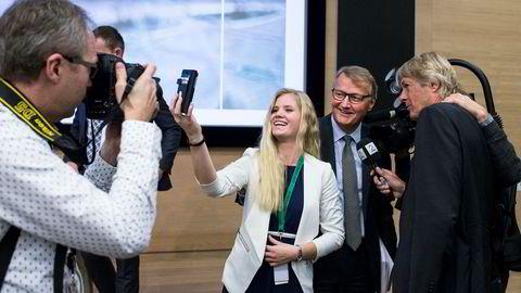 DNB-sjef Rune Bjerke smiler til selfie-fotograf Celine Zapffe (22), som var leder for en dag. Bildet ble tatt høsten 2016 i forbindelse med Ungt Entrepenørskap.