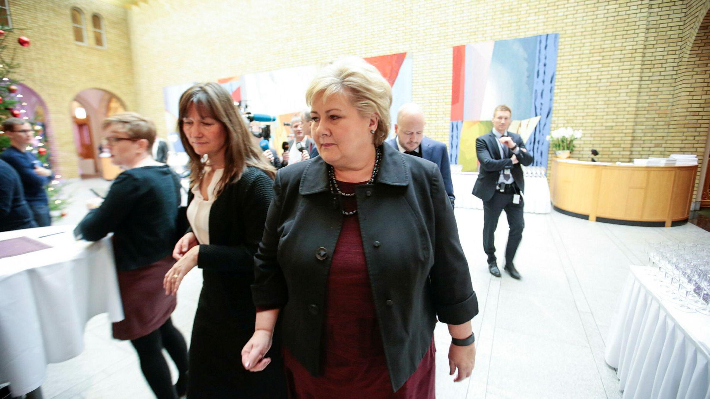 Statsminister Erna Solberg orienterte Stortinget om at forholdet mellom Kina og Norge normaliseres. Her sammen med kommunikasjonssjef Trude Måseide (t.v.).