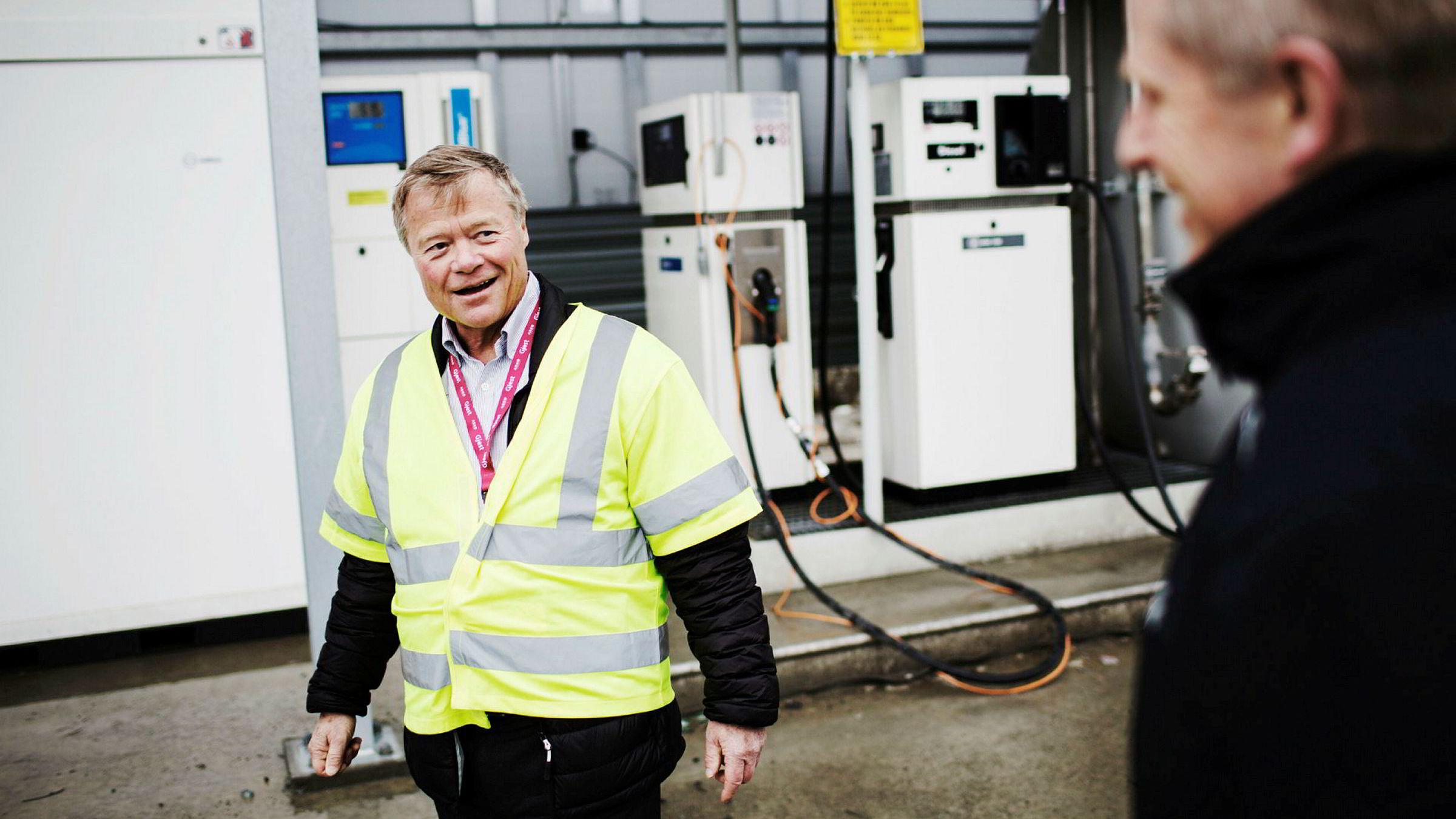 Fortsatt er det bare biodrivstoff i tankene utenfor Askos lager i Trondheim, men allerede neste høst tror Torbjørn Johannson (68) at lastebilene kan kjøre på veiene med egenprodusert hydrogen produsert basert på energi fra solcellepanel på taket. Her sammen med Jørn Arvid Endresen direktør i ASKO Midt-Norge.