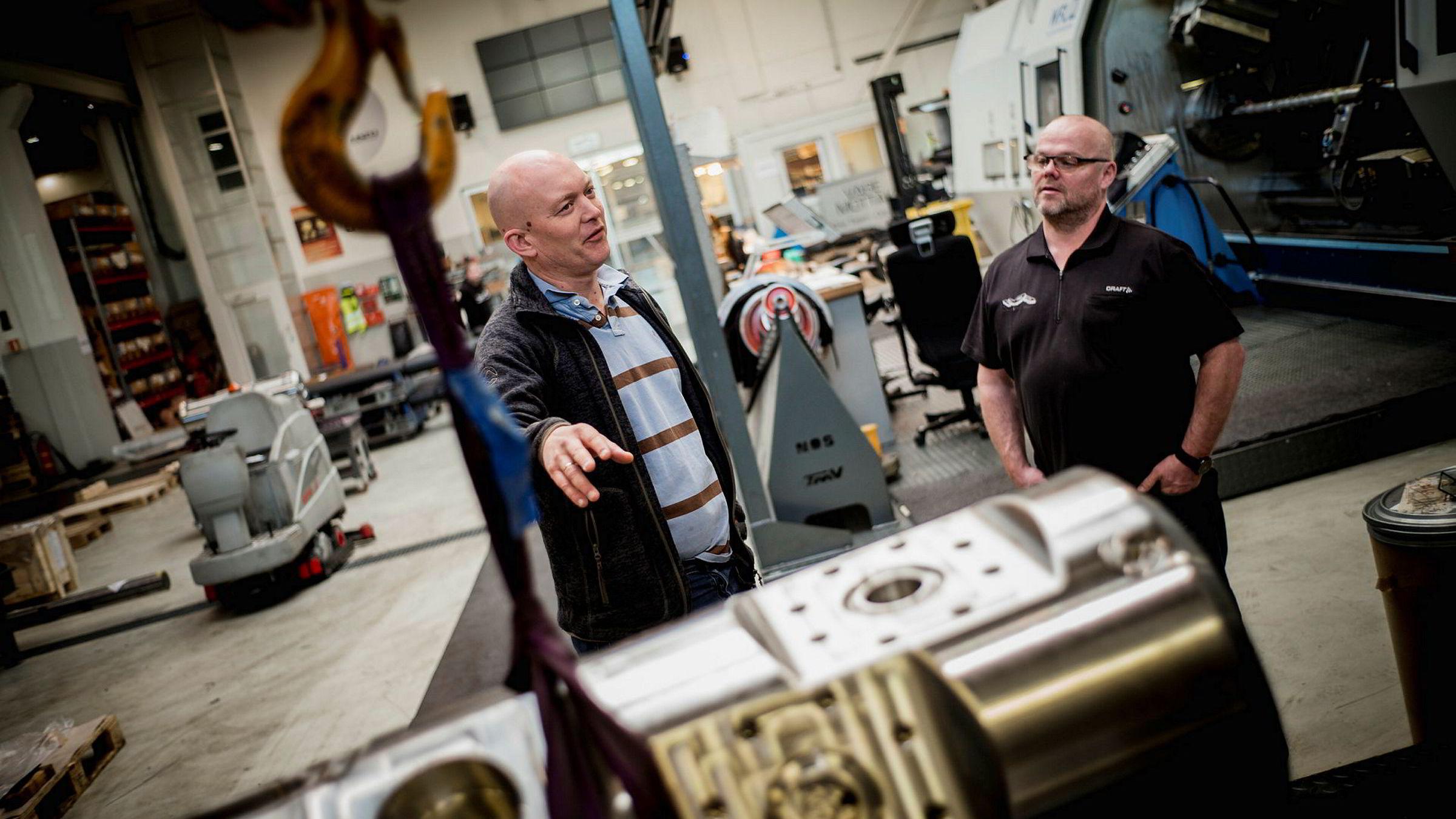 Oljenedturen merkes hos det mekaniske verkstedet Norse Oilfield Services, som nå prøver å finne nye markeder innen både forsvar, bilindustri og landbruk. Jone Refsnes (til venstre) leder jakten sammen med daglig leder Øve Sørheim.