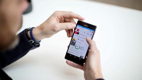 Opera Mini er blant de mest populære apper i Android Play Store. Her med Opera mini på telefonen.