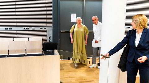 Mikheil Kopaleishvili og ektefellen Aukse Cebatoriuniene ankommer retten i saken han har anlagt mot UNE. I forgrunnen deres advokat Olga Halvorsen.