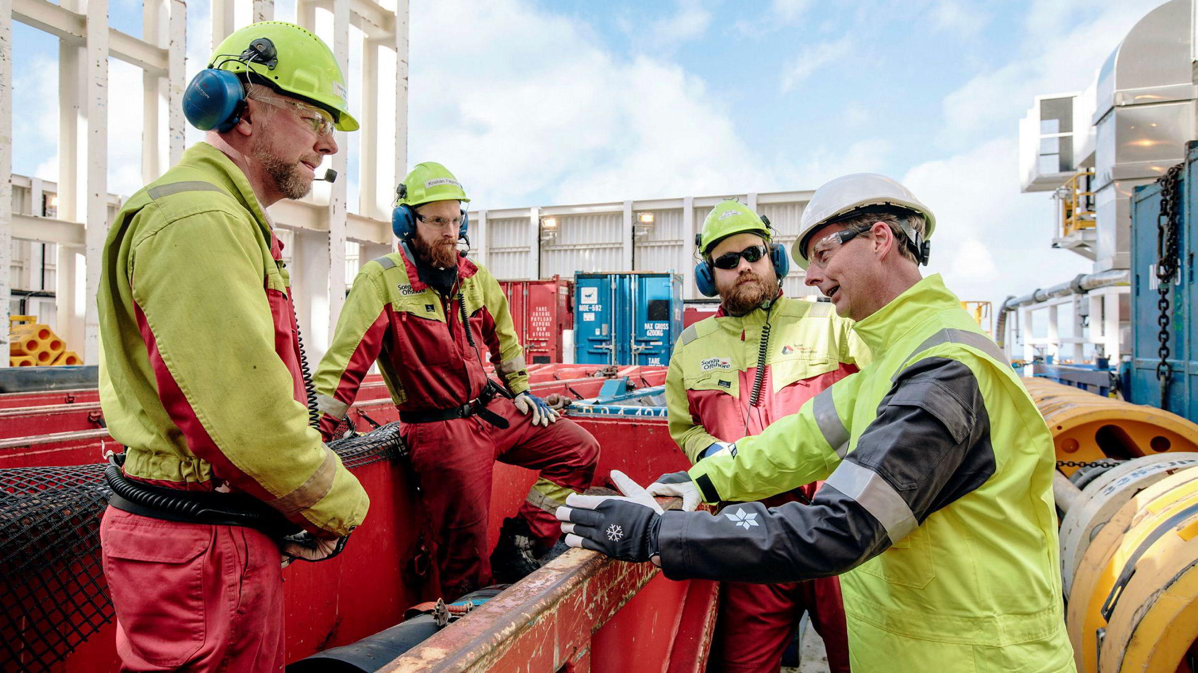 Dekksarbeidere Stian Smørholm (fra venstre), Kristian Fagerlie og Ole Vike møtte i slutten av april olje- og energiminister Terje Søviknes (Frp) på boreriggen «Songa Enabler» på Snøhvit-feltet.