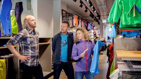 Administrerende direktør Leif Holst-Liæker i Bergans (til venstre) har gjennomført en stor opprydning i selskapet. Nå har selskapet kjøpt opp Cecilie Skog og Bjørn Sekkesæters ekspedisjons- og turselskap. Her er de tre sammen i Bergans' egen butikk i Oslo sentrum.