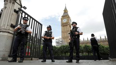 Bevæpnet politi i nærheten av parlamentet i London, 16. juni.