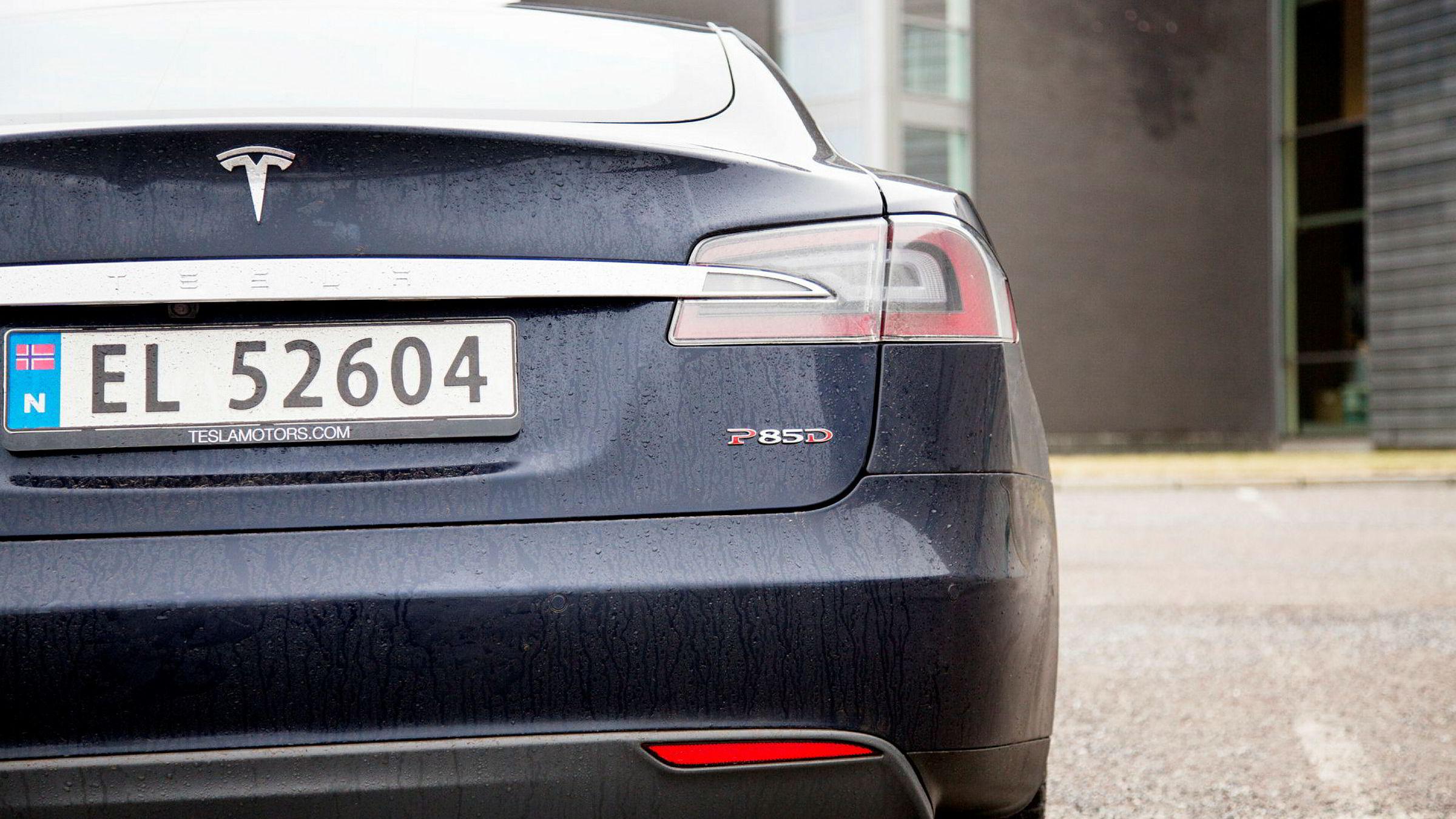 Tesla-eiere får software-oppdatering som gjør at bilen selvkjørende.