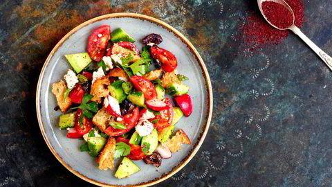 Fattoush. Med tomat, agurk, oliven og fetaost.