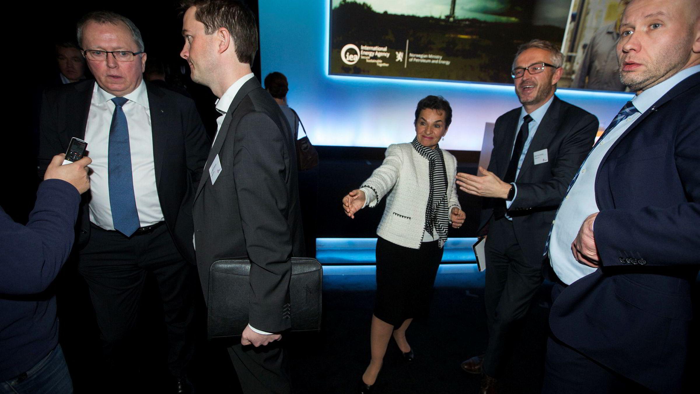 Statoil-sjef Eldar Sætre, Statoil-kommunikasjonsdirektør Bård Glad Pedersen, FNs klimasjef Christiana Figueres, Statoils Bjørn Otto Sverdrup og olje- og energiminister Tord Lien snakker sammen på scenen etter Statoils høstkonferanse.