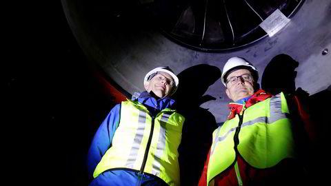 Konserndirektør Leiv Inge Ørke (til venstre) og toppsjef Eimund Nygaard i Lyse står dypt inne i fjellet, under skovlen i nye Lysebotn kraftverk, der vannet snart skal trykke på med enorm kraft.