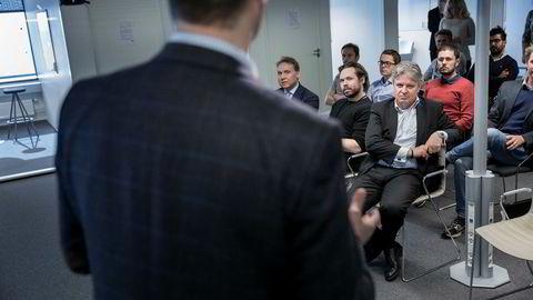 Toppsjef Casper von Koskull i Nordea (til høyre) hører på daglig leder Ingar Bentsen i gründerinkubatoren The Factory, sammen med banksjef i Norge John Sætre (til venstre) og en rekke gründere.