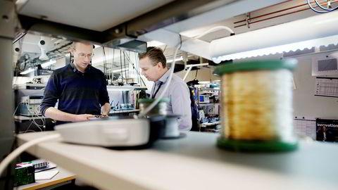 – Vi gjør en forenkling, sier sivilingeniør Morten Hostvedt (til venstre) i Eltek og viser selskapets utviklingssjef Lars Elstrøm en ny prototyp av en likeretter.