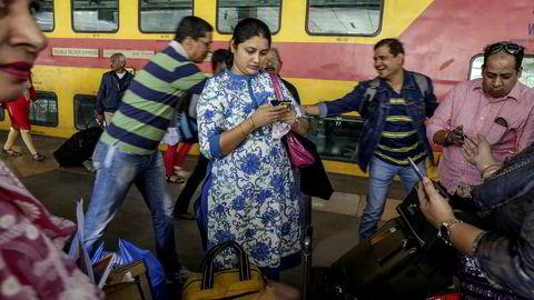 I India har Google satt opp gratis wi-fi på 100 togstasjoner, og etter kort tid kunne de melde at 3,5 millioner brukere allerede hadde benyttet seg av tjenesten. Her et bilde fra en plattform i Mumbai.