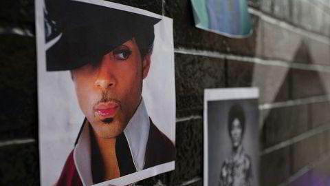 Bilder av Prince på en vegg i Minneapolis etter at Prince ble funnet død i sitt hjem i fjor, 57 år gammel.