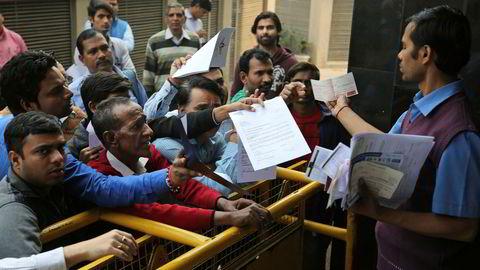 Det har vært kaos ved indiske banker etter at større sedler ble tatt ut av sirkulasjon. Det er begrensninger på uttak fra minibanker og kunder må fremlegge dokumentasjon for å få tatt ut kontanter. Målet er å hvitvaske økonomien.