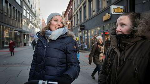 Småbarnsmødrene Lise Christoffersen (34, til venstre) og Marita Sommer Holhjem (36) sier at annonser for nettbutikker de har besøkt ofte dukker opp på Facebook.