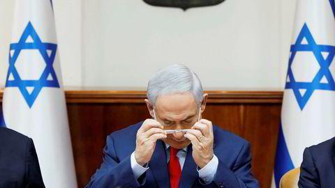 Netanyahu er under hardt press. Her på det ukentlige kabinettmøtet søndag.