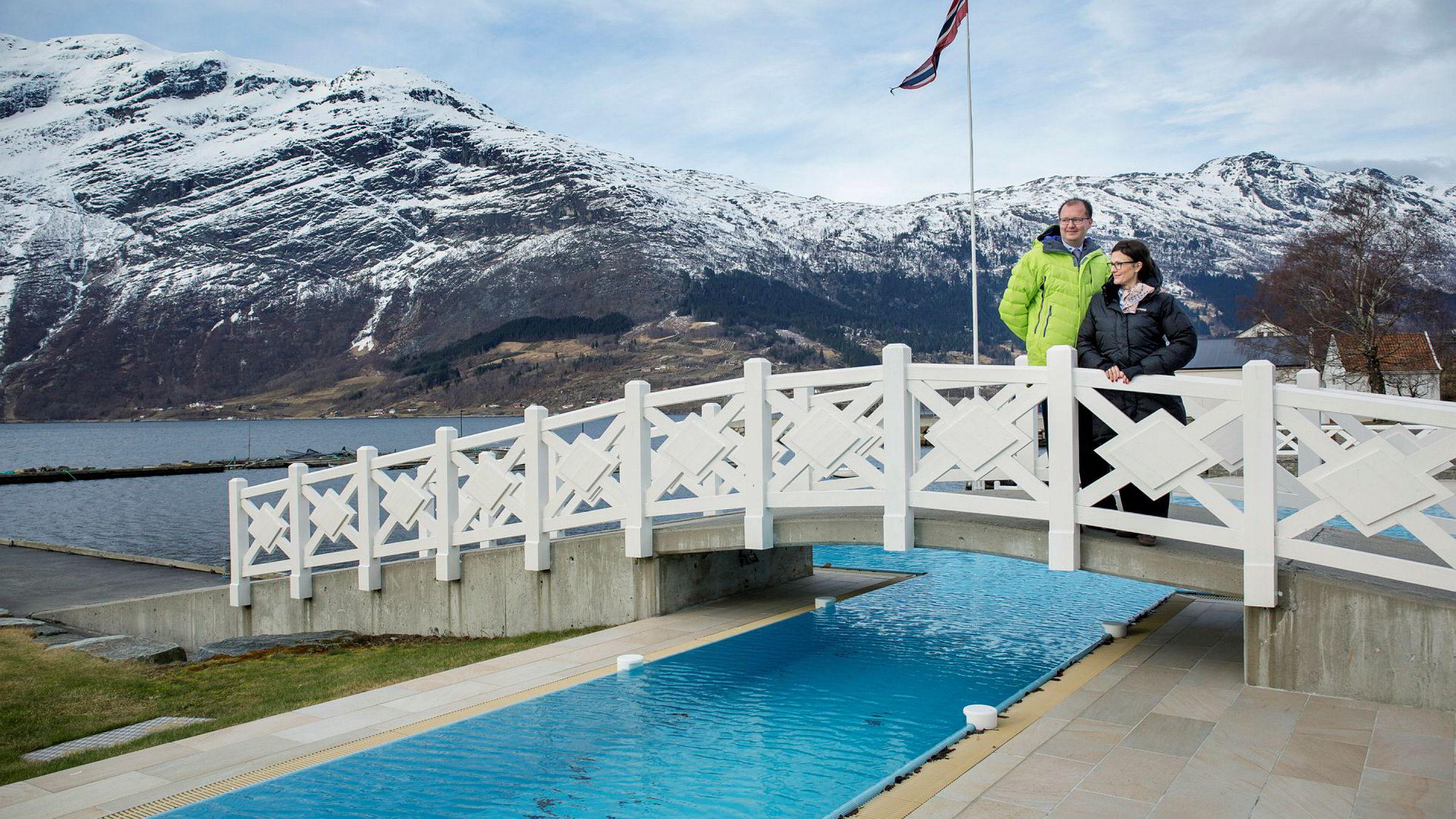 Barbara Zanoni Utne og ektemannen Hans Edmund Utne på Hotel Ullensvang på Lofthus i Hardanger kaster ut de store nettreisegigantene.