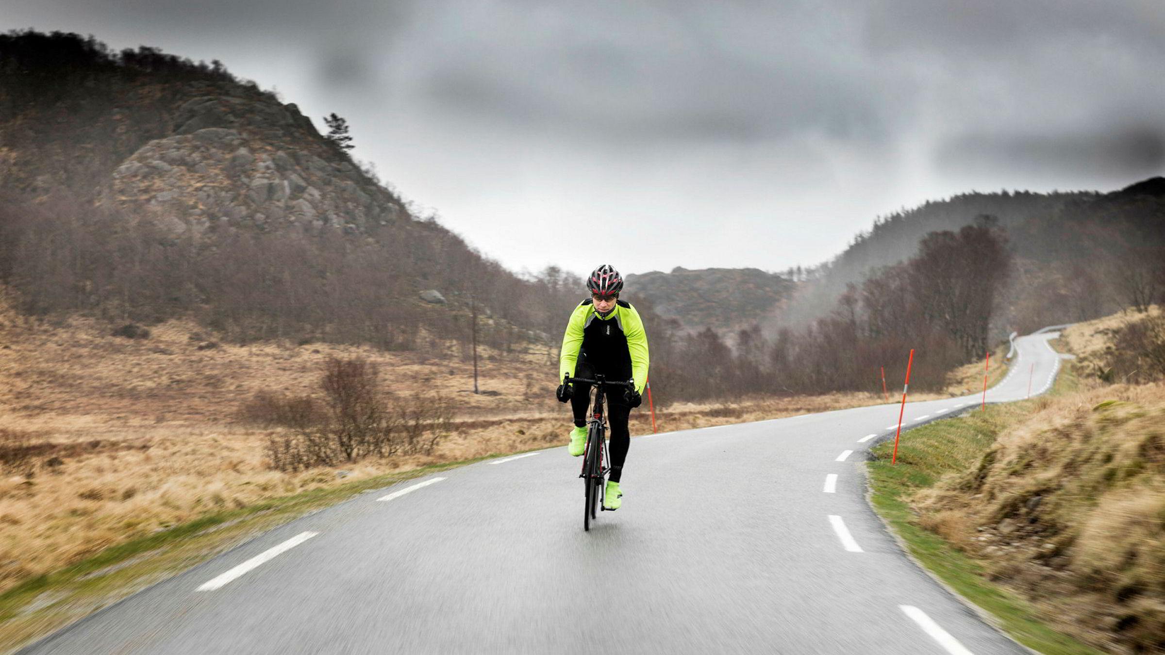De smale veiene ved Ålgård i Rogaland byr ofte på gode forhold. Men når skyene tårner seg opp bak Johnny Stausholm byr naturkreftene på solid motstand på vei gjennom det røffe landskapet.