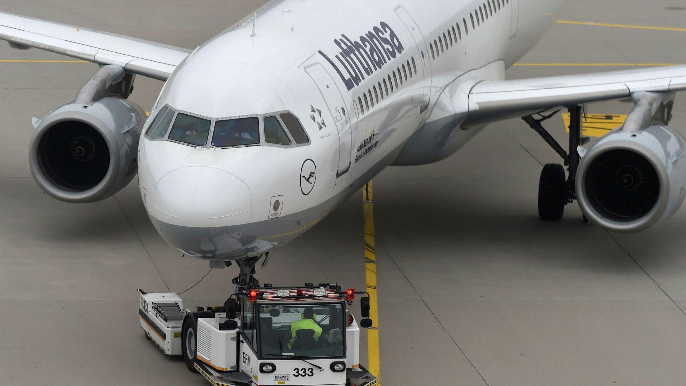 Et Lufthansa-fly blir bykset over tarmacen på Franz-Josef-Strauss- flyplassen i Munchen torsdag.
