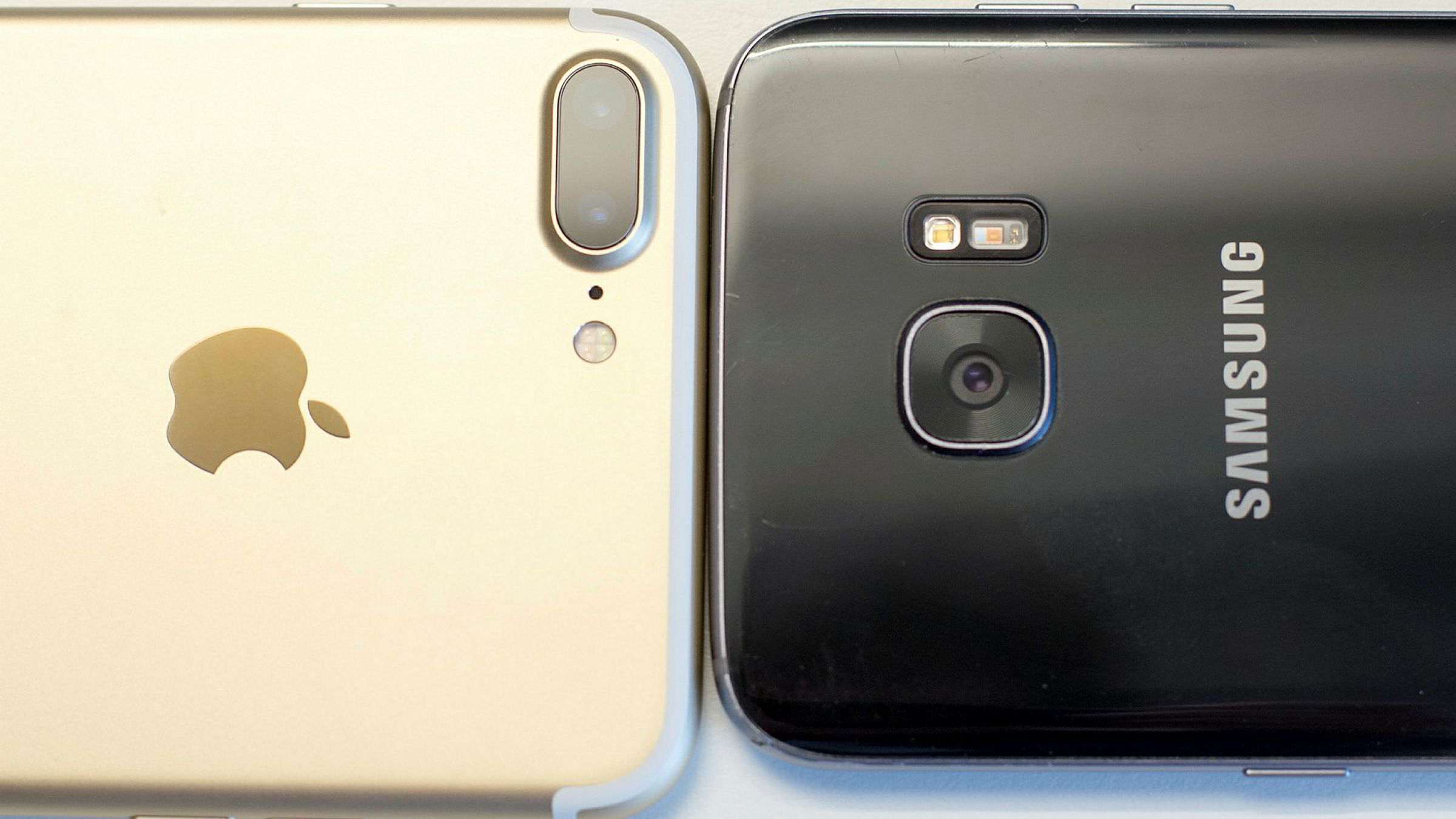 Iphone 7+ (t.v.) og Samsung Galaxy S7 edge.