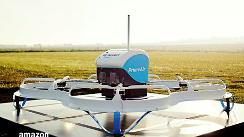 Denne dronen ble brukt til Amazons første dronelevering av en pakke.