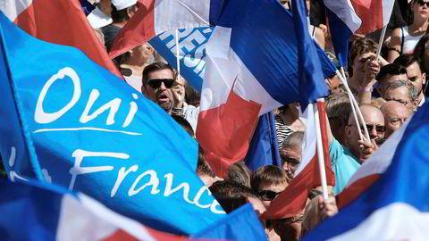 Det EU-kritiske, franske partiet Front National har lånt 11 millioner euro fra en russisk bank med bånd til regimet for å finansiere Marine Le Pens presidentvalgkampanje. Her markerer tilhengere sin støtte til partiet.