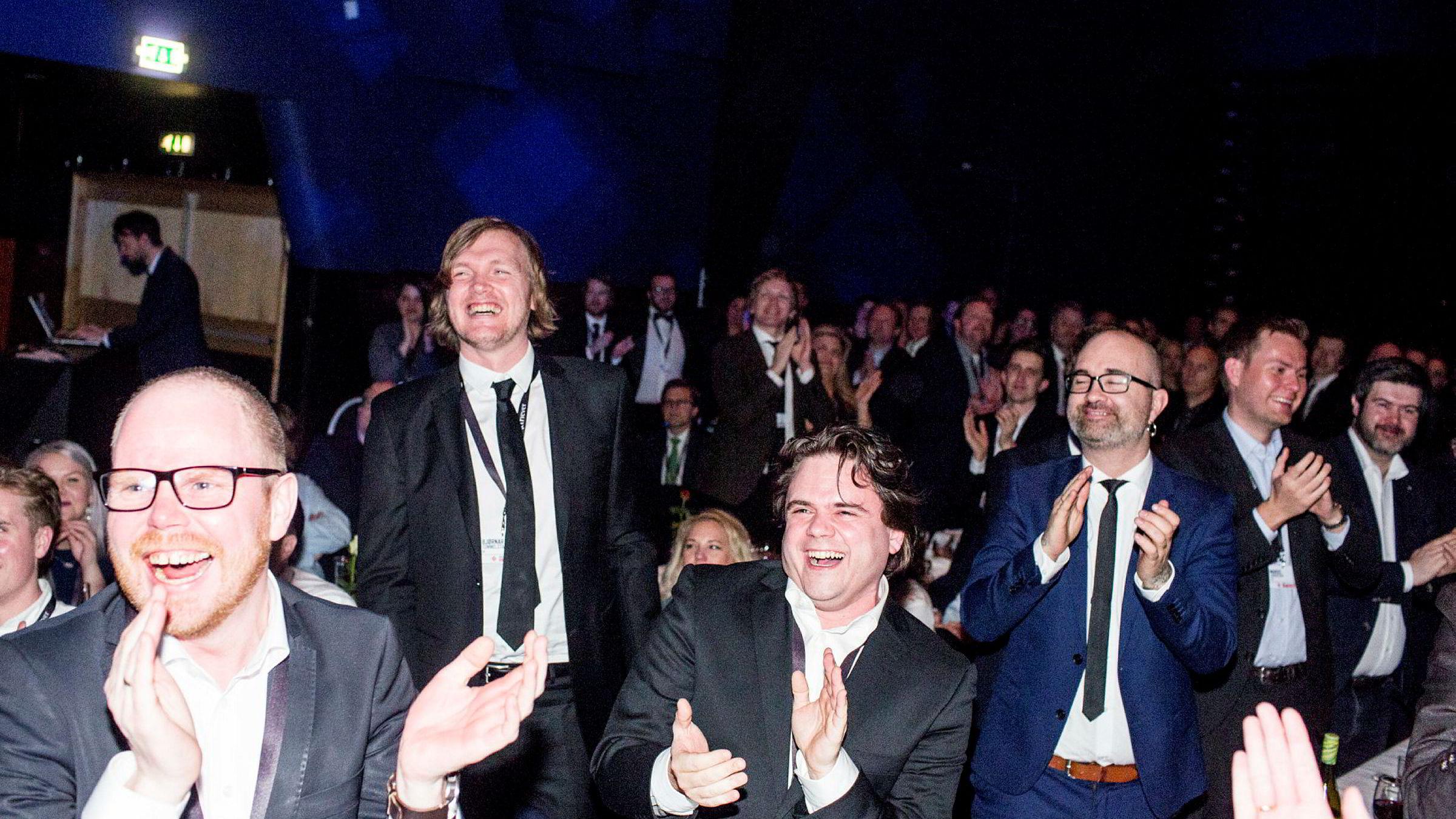 Slik feiret VG – med VG-redaktør Gard Steiro helt til venstre, da de vant Skup-prisen i april. Nå kan avisen nok en gang slippe jubelen løs.