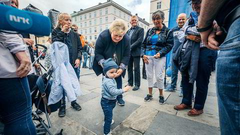 Statsminister Erna Solberg jobber hardt for å vinne fremtidens Høyrevelger Johan Staalesen Nilsen 13 mnd, før sesongen til valget i Bergen, på Torgallmenningen.