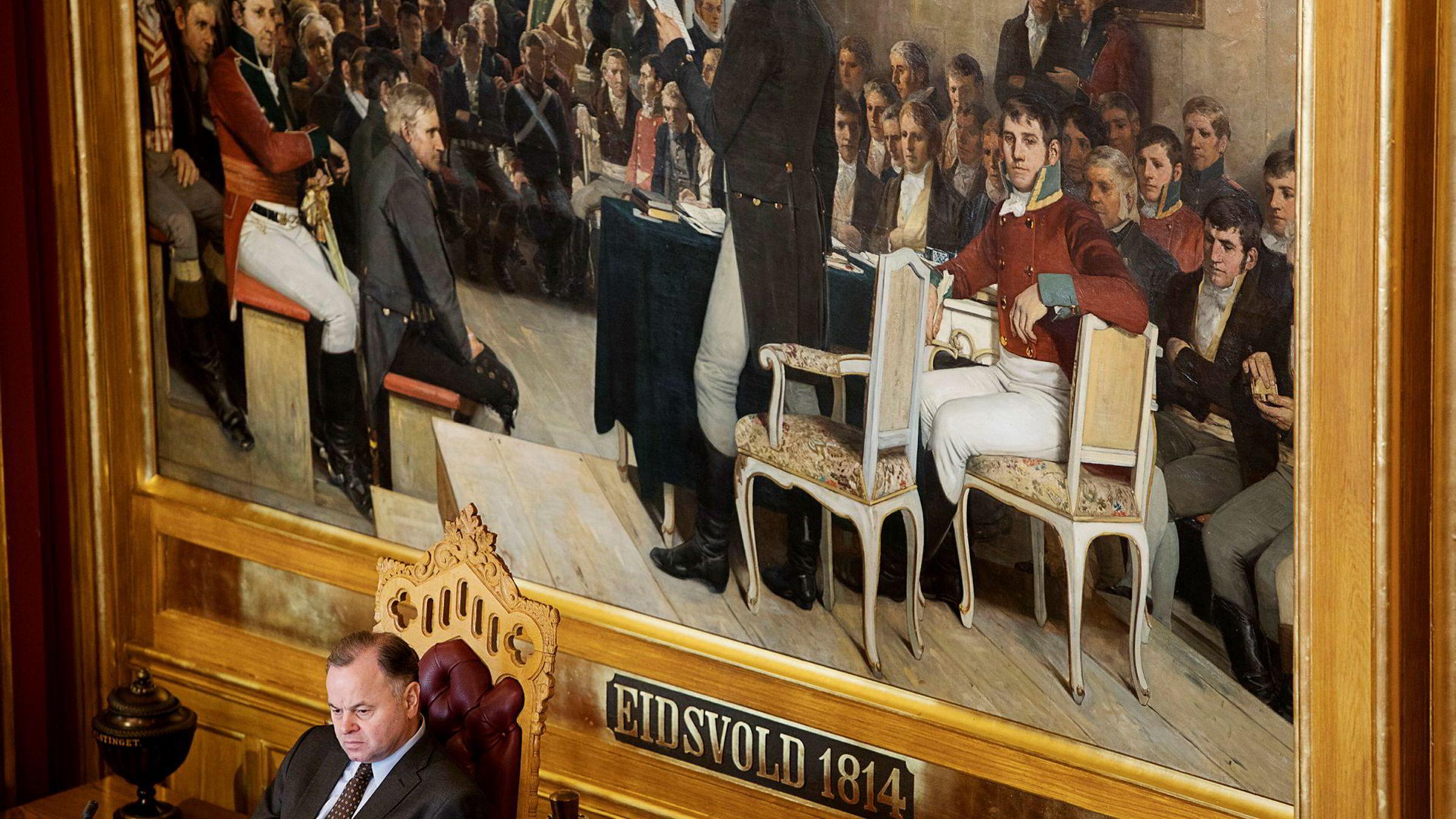 Det er svært uvanlig at kontrollkomiteen kritiserer Stortingets presidentskap med Olemic Thommessen i spissen. Mandag skjedde det. Her fra en tidligere opptreden i salen.