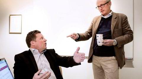 Mats Qviberg (til høyre) selger alle aksjene i Metro til Christen Ager-Hanssen for én krone stykket