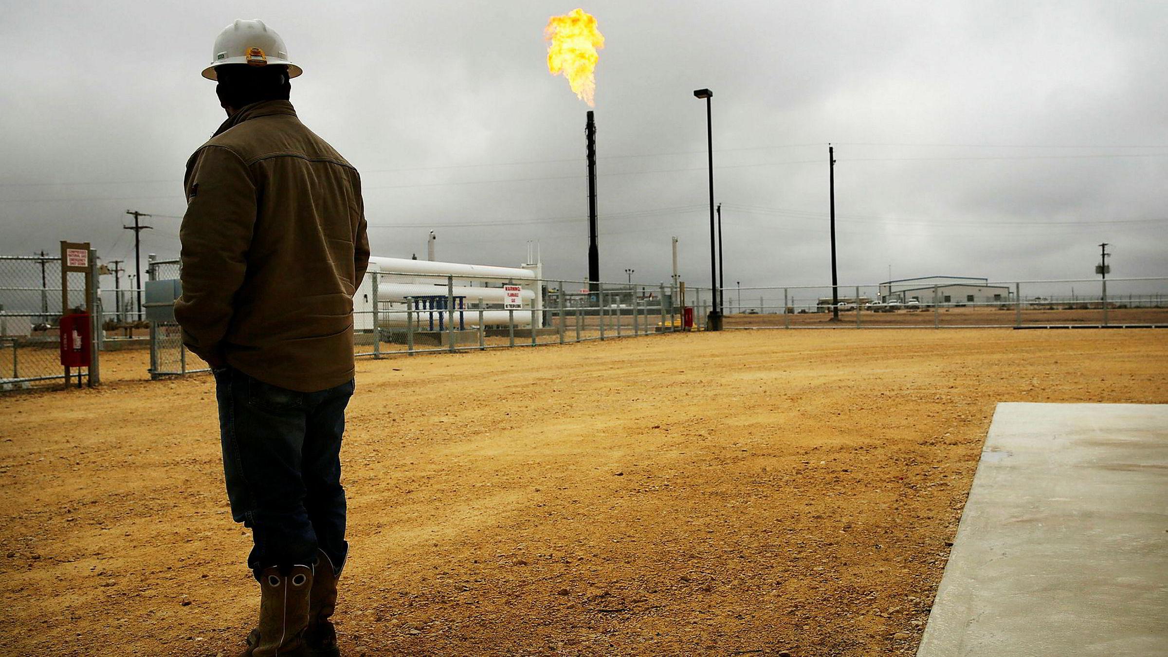 Amerikansk råoljeproduksjon forventer å treffe nye høyder i 2018. Her fra en av oljeselskapet Apache Corporations brønner i Permian-bassenget.