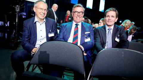 Fra venstre Orklas konserndirektør for kommunikasjon og corporate affairs Håkon Mageli, investor Stein Erik Hagen og Orkla-sjef Peter Ruzicka.