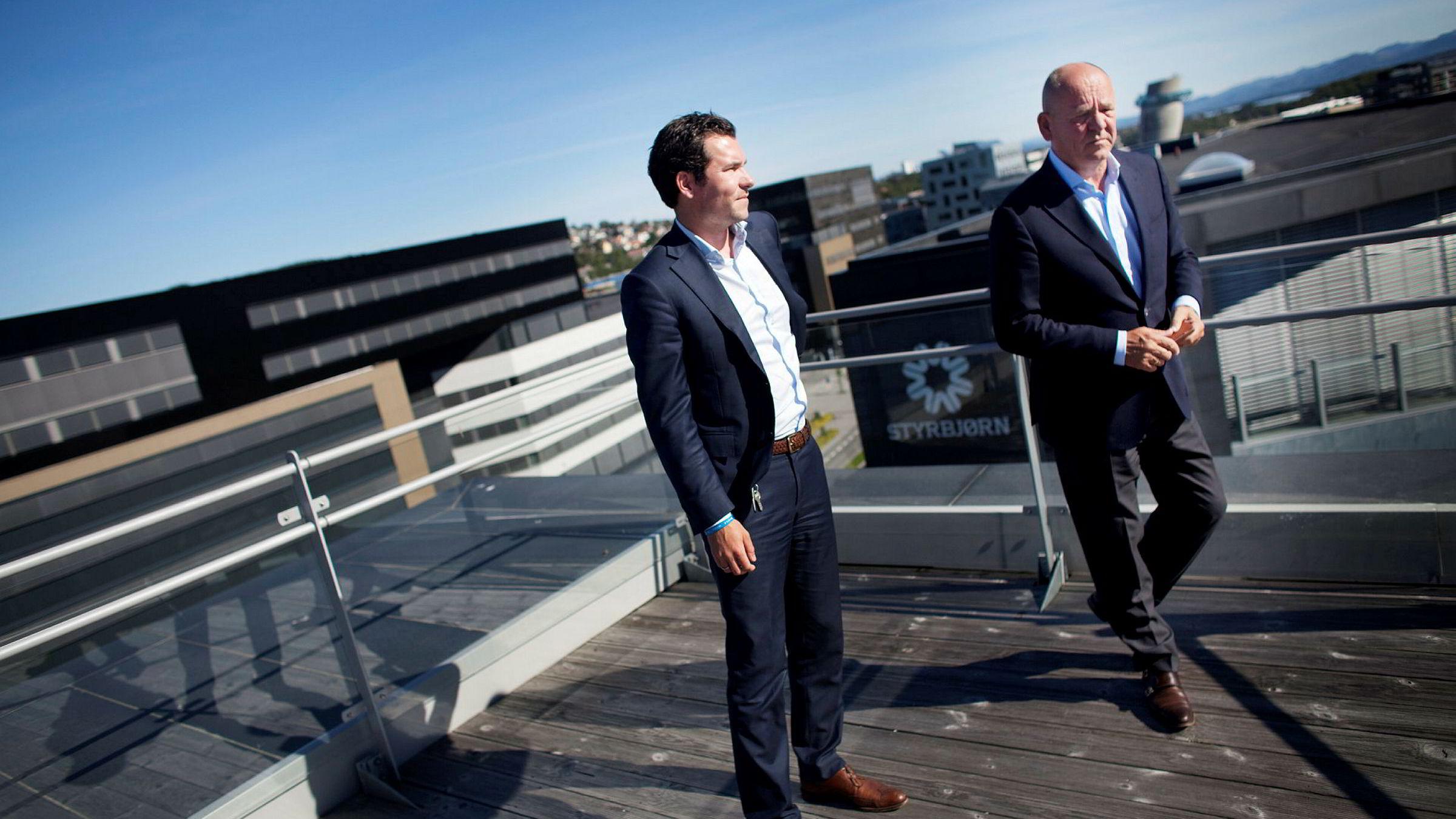 Sindre Ertvaag (til venstre) sammen med faren John Arild Ertvaag. Sammen med Øgreid-familien eier de Bavaria-konsernet.