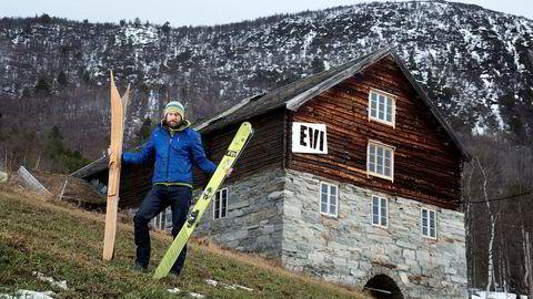 Den gamle gården på Lønset utenfor Oppdal er blitt til en høyteknologisk skifabrikk, hvor ski lages for hånd.